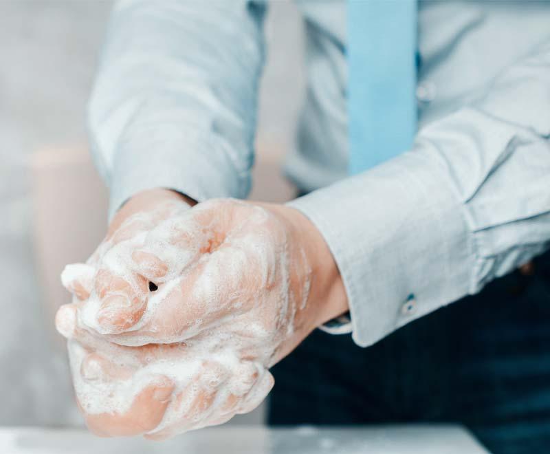 Mann wäscht Hände