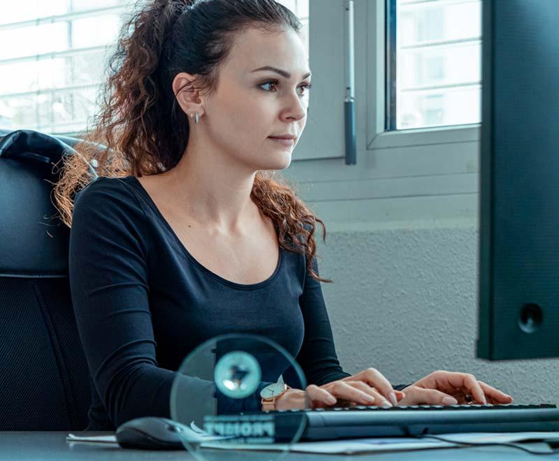 Frau arbeitet am Rechner